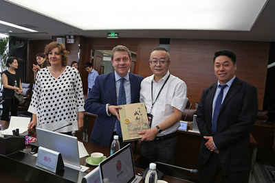 García-Page se interesa por la feria de productos españoles de Chengdu
