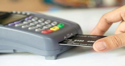 Detenida una pareja por robar una tarjeta bancaria y gastarse mil euros durante 10 días