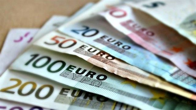 Entrega en la Comisaría de Policía Nacional 810 euros que se encontró en la calle