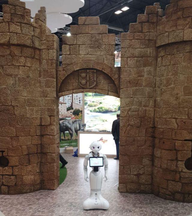 Un robot 'talaverano' triunfa en FITUR