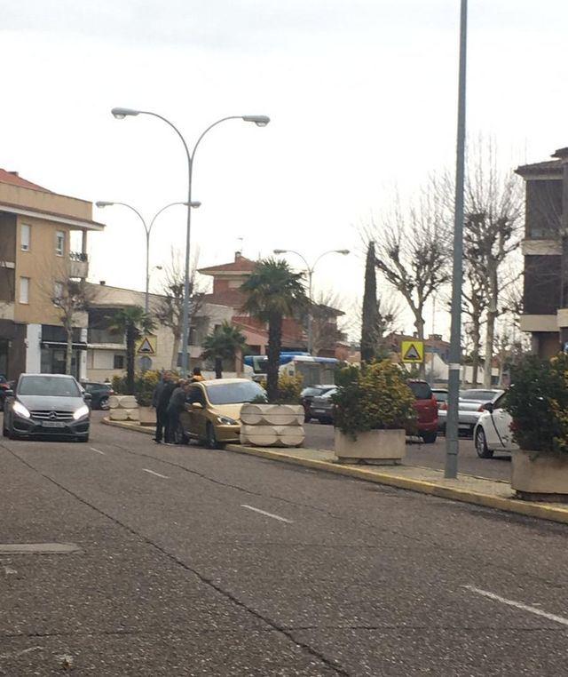 Un coche se sube a la mediana de la avenida de la Constitución