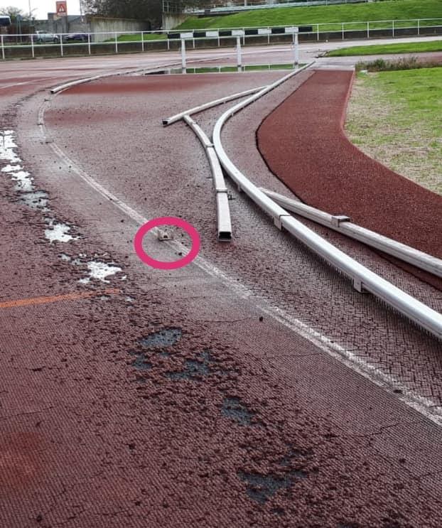 Las malas condiciones de la pista de atletismo le cuestan 12 puntos de sutura a un menor