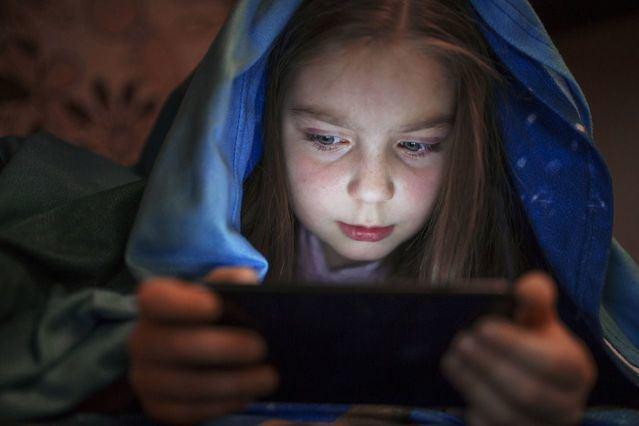 SUCESOS | Muere un niño electrocutado cuando jugaba con su móvil mientras lo cargaba