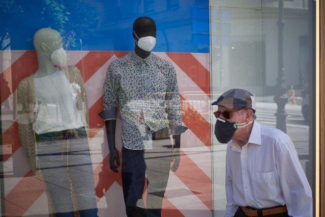 Un hombre protegido con mascarilla - Eduardo Sanz - Europa Press