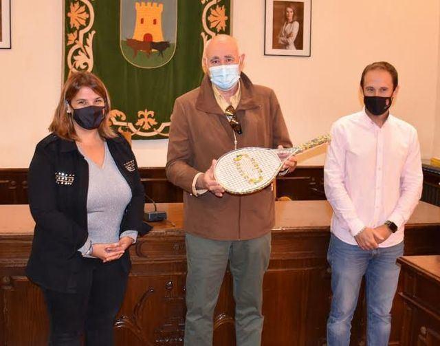 TENIS TALAVERA | 'Cerámico' reconocimiento del Ayuntamiento a Frutos Muñoz