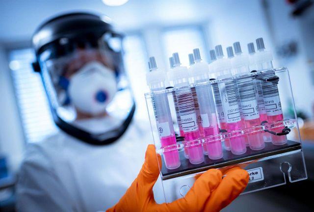 Imagen de recurso de trabajadores de laboratorio en busca de una vacuna contra el coronavirus. - Peter Steffen/dpa