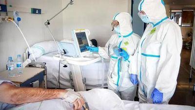 Médicos tratando a paciente con COVID-19 | JCCM