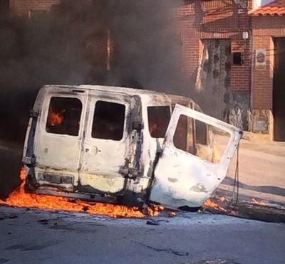 VÍDEO   Espectacular incendio de una furgoneta en San Martín de Pusa