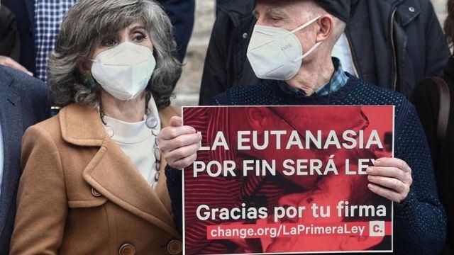 María Luisa Carcedo celebra junto a Ángel Hernández la aprobación de la ley | Foto: EP