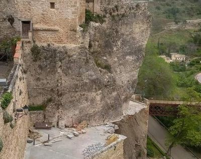 Se derrumba parte del muro y una calle junto a las Casas Colgadas de Cuenca