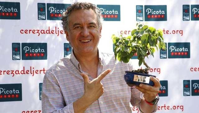 El periodista Roberto Brasero recibe el Premio a la Excelencia Picota del Jerte 2021 | Cereza Jerte