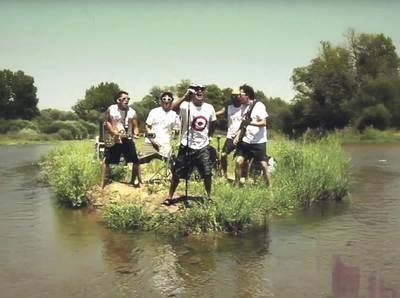 """Fotograma del video musical de The Refrescos """"Aquí no hay playa"""""""