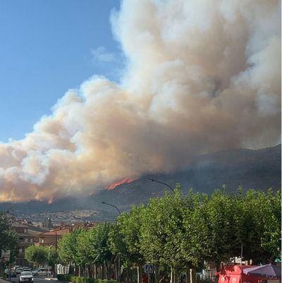 Alerta por un incendio de El Tiemblo: corte de carretera y riesgo para viviendas