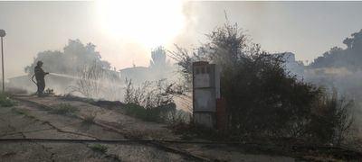 Extinguido el incendio junto a una zona urbana en El Casar de Escalona