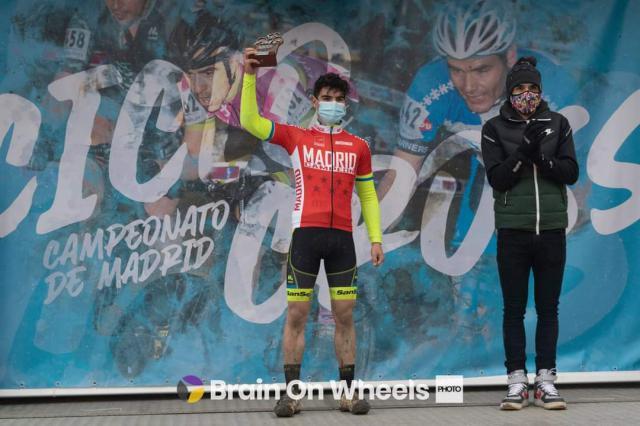 Javier en el podio con el maillot de campeón de la comunidad madrileña