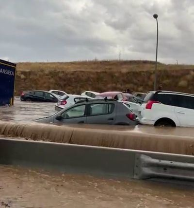 El agua arrastra decenas de coches en Toledo