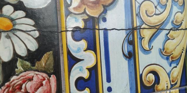 Grieta en el mural cerámico