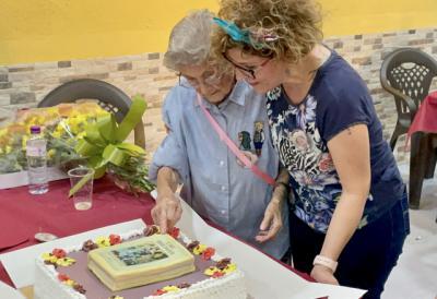 Isabel García Luján es sorprendida por su nieta con un libro que narra sus vivencias