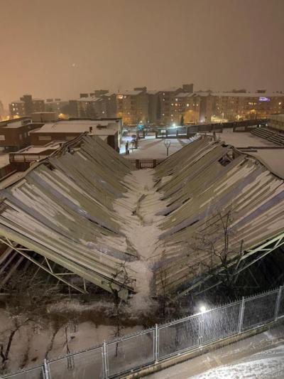 TOLEDO | El peso de la nieve hunde el techo exterior del Colegio Maristas
