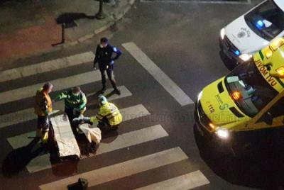 Servicios médicos atendiendo a la persona atropellada
