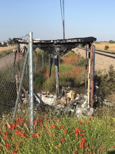 Caseta quemada junto a la vía del tren