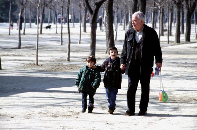 Los abuelos podrán sacar a los nietos con los que convivan a pasear
