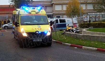 Un motociclista queda atrapado en la fuente de una rotonda tras un accidente en Talavera