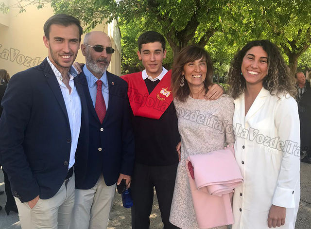 Fernando, segundo por la izquierda, junto a su familia