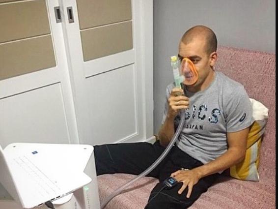 Fernando utilizando la máquina de Hipoxia