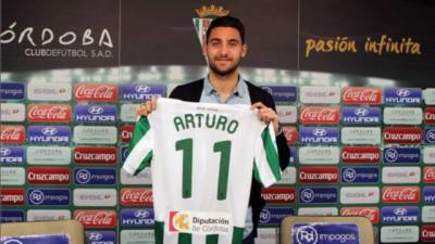 Cuando estampó su firma con el Córdoba que estaba en Primera división