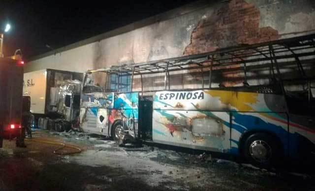 Arden un autobús y la cabeza de un camión en Tomelloso