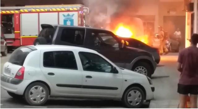 Arde un vehículo en la calle Emilio Borrajo en Talavera