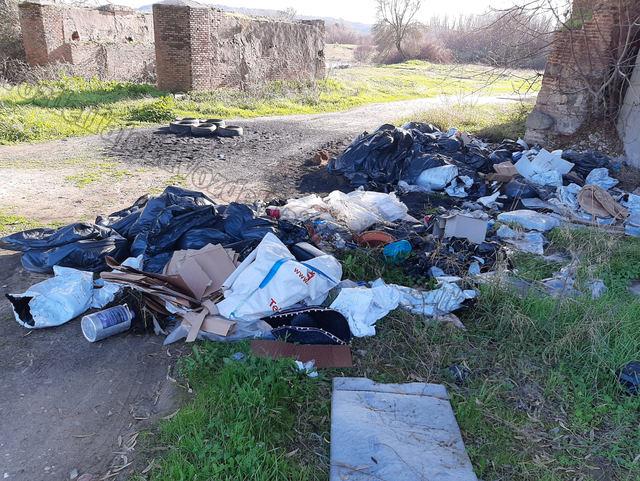 FOTOS | ¡VERGONZOSO! Siguen llenando de basura el puente del Alberche