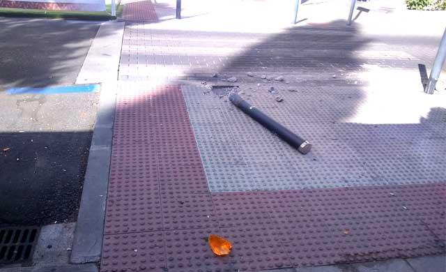 Se llev� por delante el bolardo en un paso de peatones de Talavera