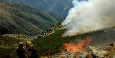 Sin extinguirse el incendio de Candeleda aparece otro en El Arenal