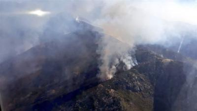 La brigada helitransportada de La Iglesuela trabaja para sofocar un fuego en Candeleda