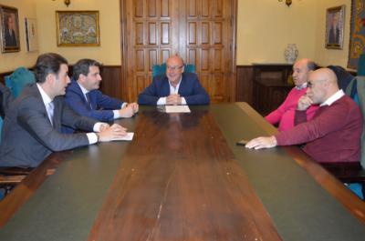 Un momento de la reunión entre FEDETO, la Asociación y el concejal de Hacienda