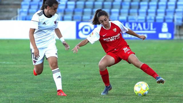 Una jugadora del Tacón intenta cortar un avance de una jugadora del Sevilla en Huelva.