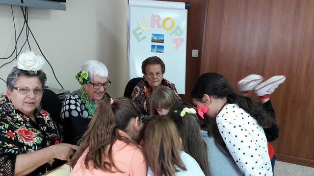 Más de 2.300 personas mayores han participado en el Programa Intergeneracional de la Red de Centros de Mayores