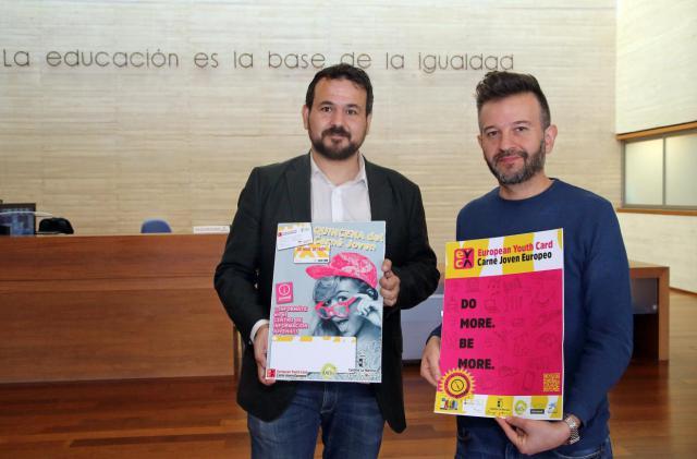 El director general de Juventud y Deportes, Juan Ramón Amores, junto al presidente de la Asociación Regional de Informadores y Dinamizadores Juveniles, José Luis Cano, durante la presentación de la quincena del Carnet Joven en Castilla-La Mancha