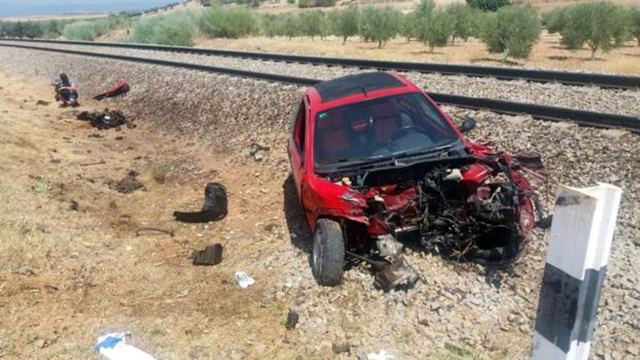Estado en que quedó el vehículo arrollado por el tren.