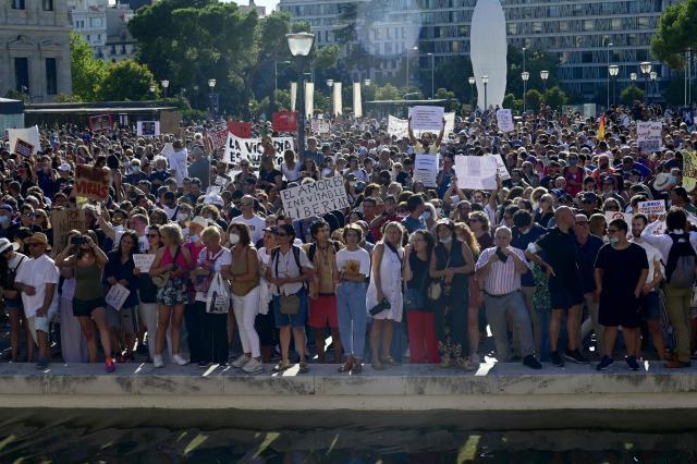 ÚLTIMA HORA   Los anti-mascarillas se manifiestan en la Plaza de Colón