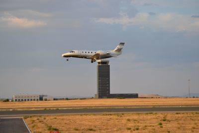 Tras cinco años de inactividad, un avión sobrevoló el Aeropuerto de Ciudad Real