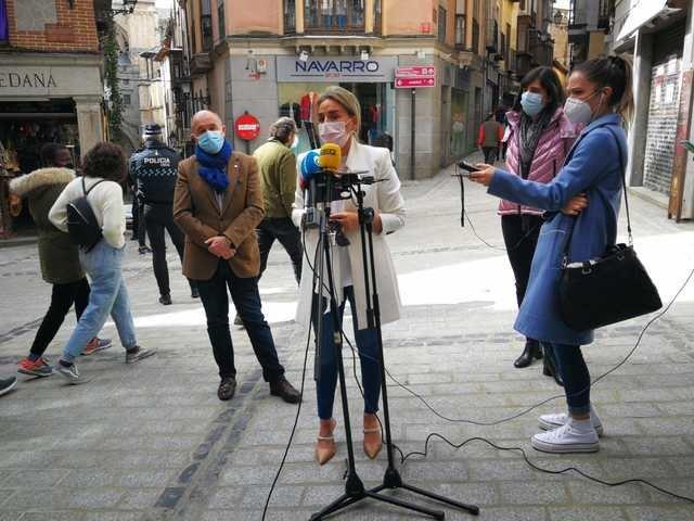 TOLEDO | Milagros Tolón visita la calle Comercio y avanza que las obras se retomarán el martes hasta la plaza del Solarejo