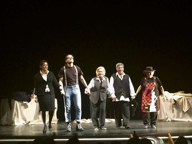 El elenco de El Candil saluda a un entregado público tras la obra
