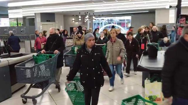 VIDEOS   Largas colas y lineales vacíos en los supermercados de Madrid por el coronavirus