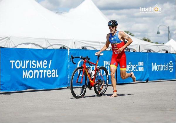 Alarza con su bici en Montreal.