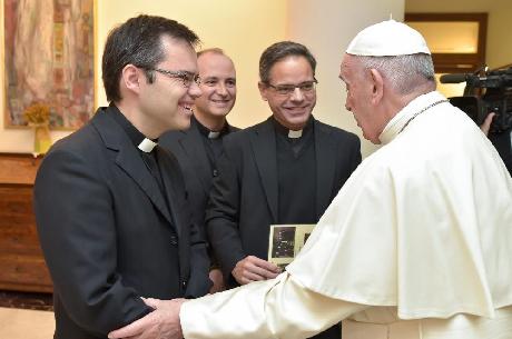 Javier Pueyo recibe la felicitación de manos del Papa Francisco