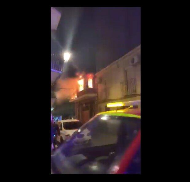 VÍDEO | Un incendio por una fogata calcina una vivienda en Talavera