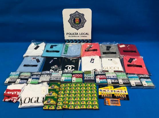 La Policía incauta ropa presuntamente falsificada en el mercadillo de Talavera